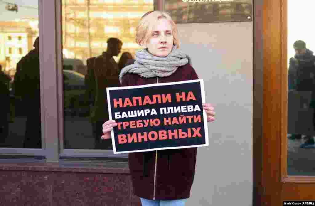 Башир Плієв, якому присвячено цей плакат, був усього лише водієм автобуса, найнятим для поїздки в Грозний, проте, під час нападу він також був побитий