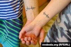 Сяргей і Ірына зрабілі супольную татуіроўку, якая для іх азначае лінію жыцьця: «Цяпер жыцьцё толькі пачынаецца»