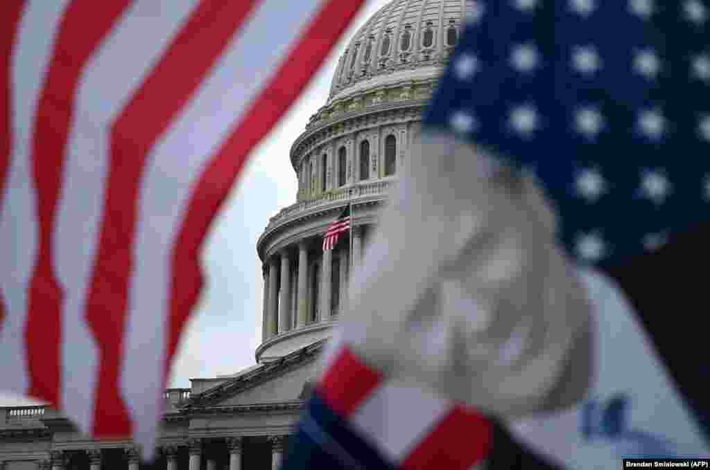 Прихильники президента США Дональда Трампа збираються в Капітолії США на знак протесту проти очікуваного підтвердження Конгресом Джо Байдена як президента США. Вашингтон, округ Колумбія,5 січня 2021 року