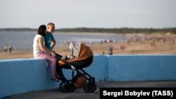 Семья с ребенком на берегу Белого моря, Северодвинск, июль 2019 года
