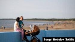 Семейство се разхожда по брега на Бяло море край Северодвинск