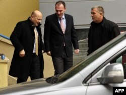 Fatmir Limaj duke hyrë në Gjykatën e Qarkut në Prishtinë...