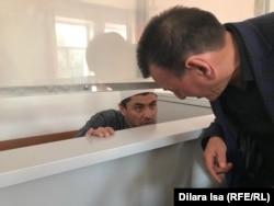 Махаматов сот залында адвокатымен бірге сөйлесіп жатыр. Шымкент, 2 мамыр 2019 жыл.