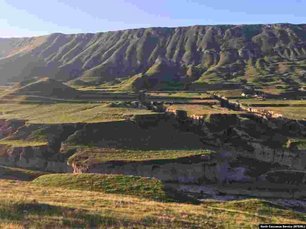 Земля у селения Хунзах изрезана дождями и ветром