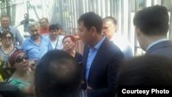 Активисты движения ипотечников разговаривают с представителем банка. Алматы, 8 июля 2015 года.