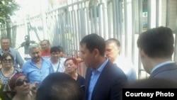 Ипотечники разговаривают с представителем банка. Алматы, 8 июля 2015 года.