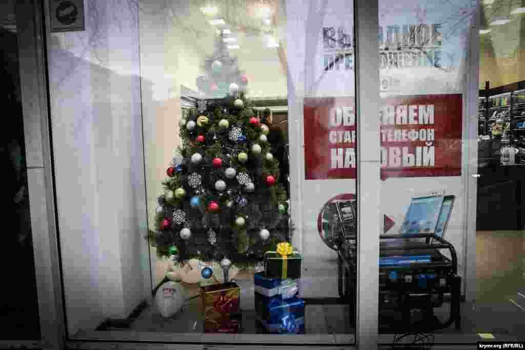 Генератор цього року є обов'язковим атрибутом, у деяких випадках навіть новорічної вітрини магазинів. «Сподіватись на обіцянки влади, що світло відключати тепер не будуть, принаймні наївно», – кажуть власники.