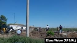 """Строительство дома на станции Нура, которое ведет подрядная организация """"Шетстрой"""". Карагандинская область, 15 июля 2015 года."""