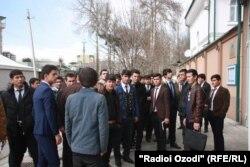 Таҷаммӯи гурӯҳи аз ҷавонон дар назди дафтари Иттиҳодияи Аврупо дар Душанбе.