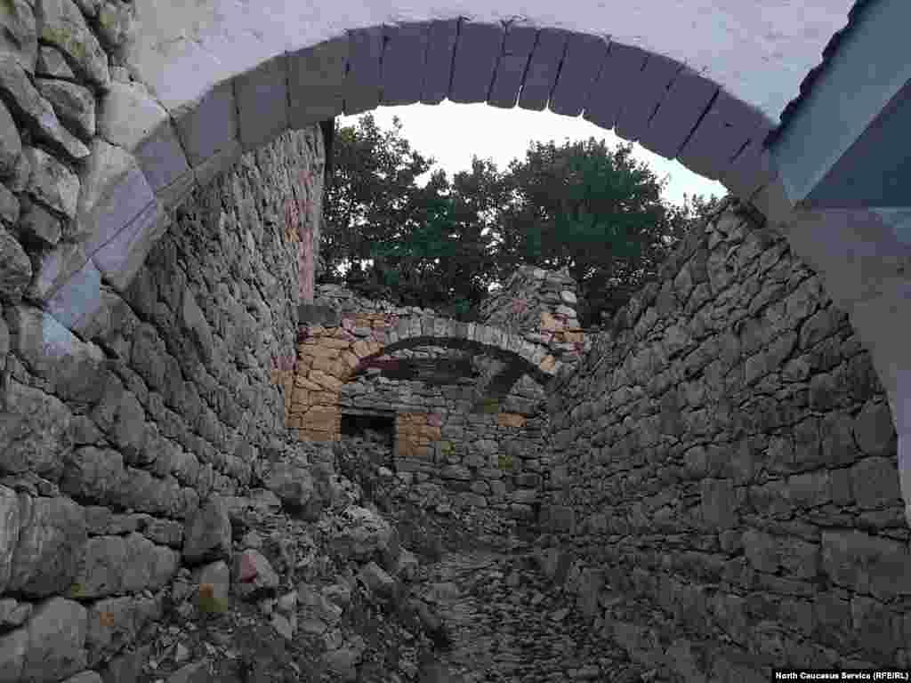 В селе большое количество арочных проемов. Многие из них стоят сами по себе, а стены, когда-то поддерживавшие проем, превратились в руины