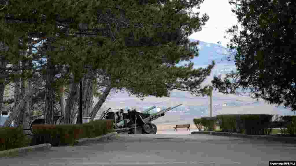 Вокруг диорамы и прямо на местности расположились экспонаты музея военной техники