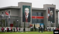 Türkiyədə hökümət binasının üzərində Atatürk və Ərdoğanın nəhəng rəsmləri. 2014-cü il.