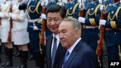 Президент Китая Си Цзиньпин (слева) принимает президента Казахстана Нурсултана Назарбаева. Шанхай, 19 мая 2014 года.