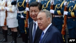 Қазақстан президенті Нұрсұлтан Назарбаев (оң жақта) Қытай президенті Си Цзиньпинмен кездесіп тұр. Шанхай, 19 мамыр 2014 жыл