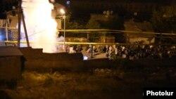 Ոստիկանները լուսաձայնային նռնակներ կիրառեցին ցուցարարների դեմ, Երևան, 29-ը հուլիսի, 2016 թ․