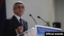 Президент Армении Серж Саргсян выступает на приеме в мэрии Марселя, 7 декабря 2011 г.