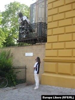 Emilian Galaicu-Păun în faţa monumentului lui Franz Liszt din Pecs.