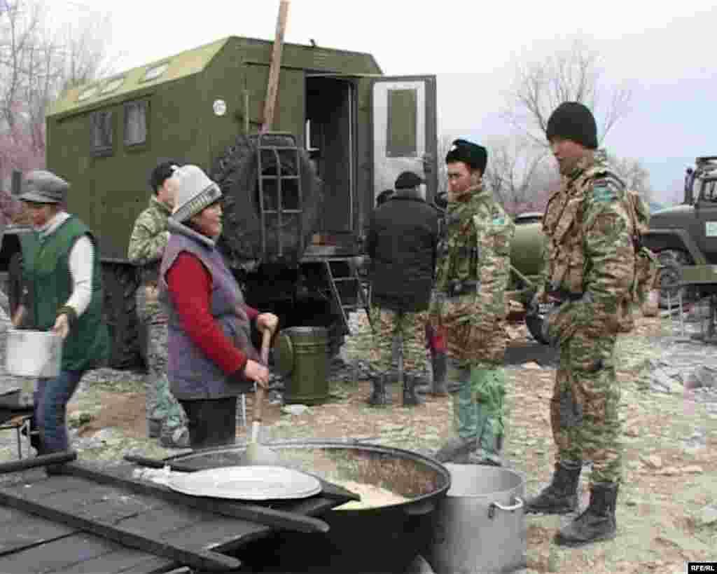 В палаточном городке готовят пищу для пострадавших от наводнения. Кызылагаш, 15 марта 2010 года.