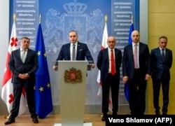 12 июля 2018-го Мамука Бахтадзе представил новых членов своего кабинета, в том числе и министра экономики Георгия Кобулия (второй справа)