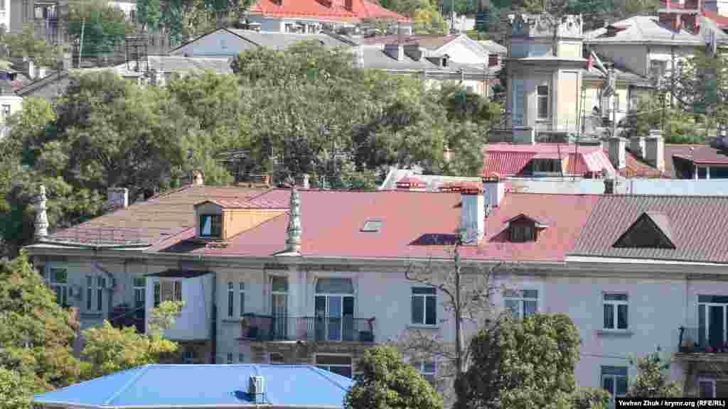 На даху цього будинку, зведеного в 1950-і роки, сьогодні можна побачити найрізноманітніші покрівельні матеріали
