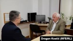 'U tom, hajde da ga nazovemo versajskom poretku Jugoslavija, ona ima trojaku funkciju.' (na fotografiji Dimić u razgovoru sa Štavljaninom)
