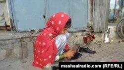 افغانستان: د مشال ریډيو تر رپوټ مخکې پلوشې په جلال آباد ښار کې د خلکو څپلۍ او بوټان پالشول خو یو موسیسې دا رپوټ اورېدلی وو اوس یې په ښوونځي کې داخله کړېده