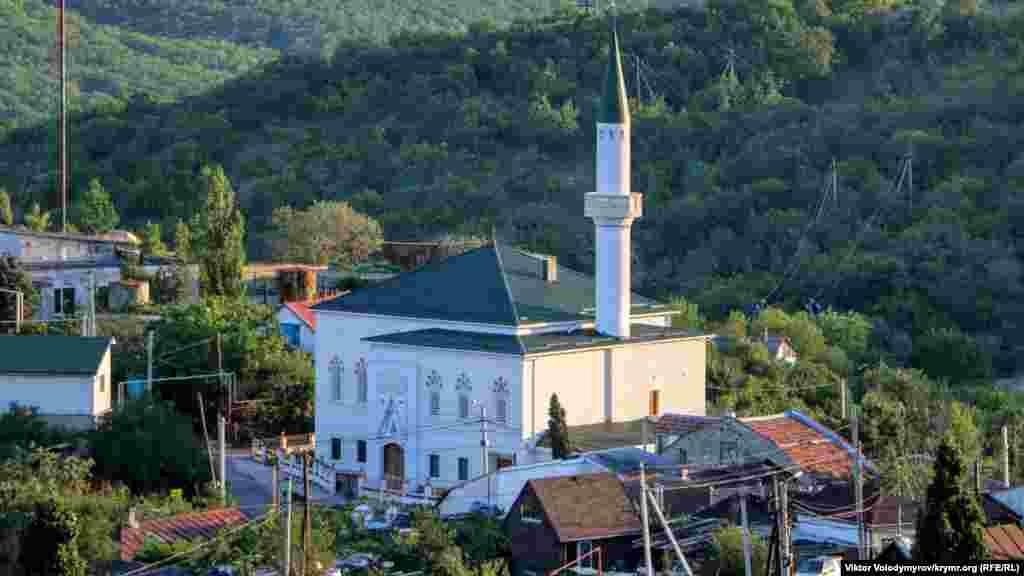 Körbek cami Aluştadan bir qaç kilometr mesafede olğan Körbek köyüniñ tam merkezinde yerleşe. 1945 senesine qadar köyniñ qırımtatar adı bar edi – Körbek