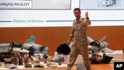 Коргоо министрлигинин өкүлү Турки ал-Малики дрондорду көрсөтүп жатат.