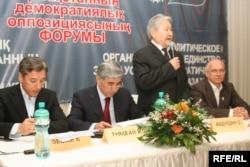 Қазақстанның демократиялық оппозициясы форумында төралқа мүшесі ретінде сөйлеп тұрған Серікболсын Әбділдин.
