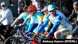 Олимпийский чемпион Александр Винокуров (в красном шлеме) во время веломарша ко Дню города. Алматы, 16 сентября 2012 года.