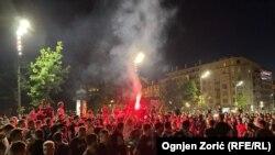 Deo okupljenih ispred Skupštine koji odbijaju da sednu zapalili su baklju