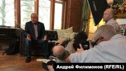 Оператор Петер Рипль снимает Натана Фарба, снимающего Николая Харитонова