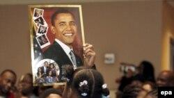 کودکان مدرسهای در واشینگتن با عکسی از اوباما در هنگام مراسم تحلیف رئیس جمهوری جدید