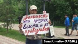 Әлібек Ерғазиев өзін жұмыстан босатуға қарсылық акциясын өткізіп тұр. Орал, 31 мамыр 2018 жыл.