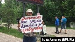 Бывший сотрудник полиции Альбек Ергазиев протестует против своего увольнения. Уральск, 31 мая 2018 года.