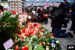 Un musulman, rugându-se la locul tragediei de la Berlin, 20 decembrie 2016