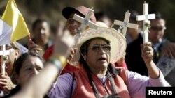 Эквадорские католики встречают папу Франциска. 5 июля 2015 года