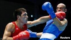 Казахстанский боксер Жанибек Алимханулы (слева) на Азиатских играх 2014 года.