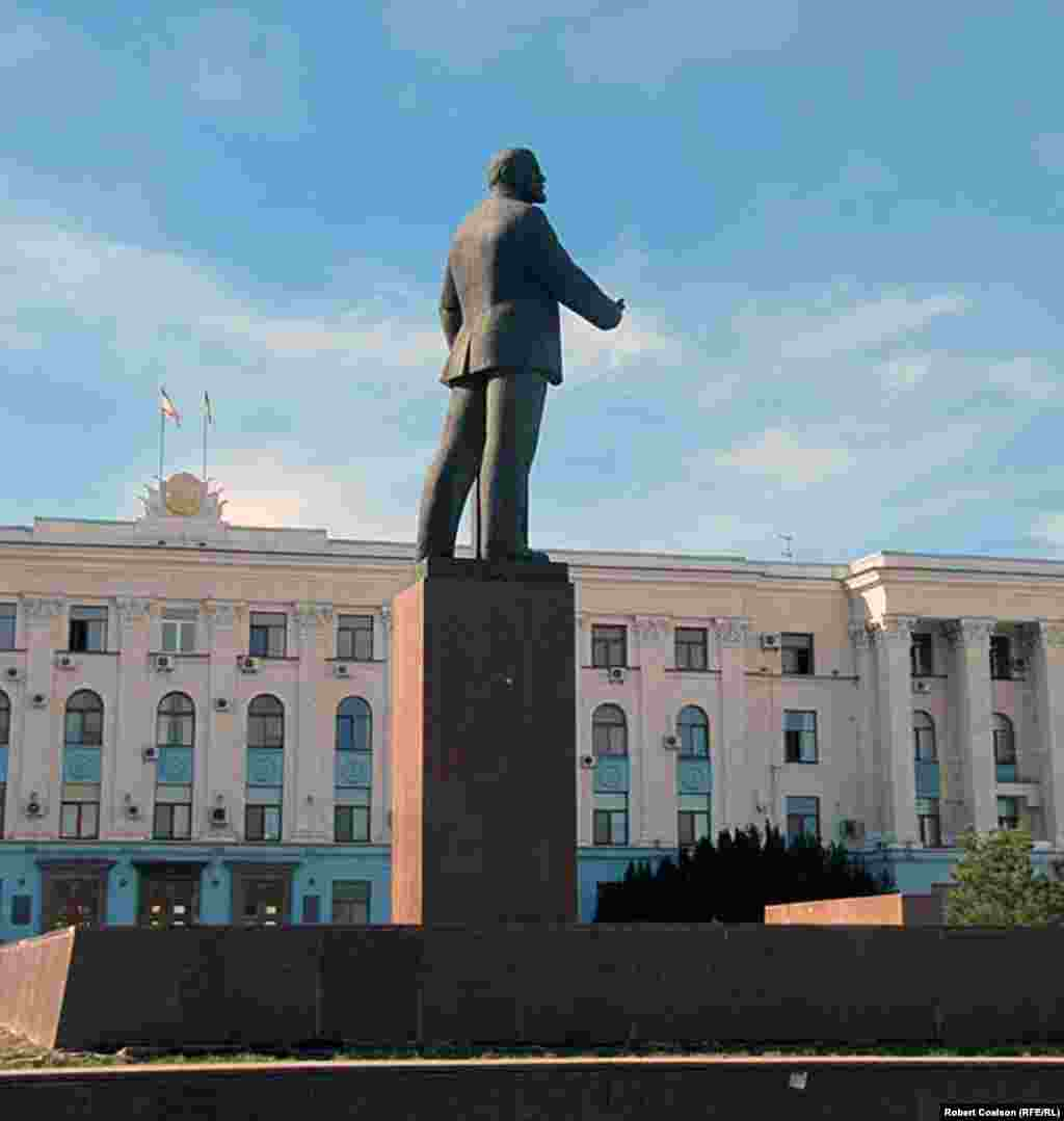Another Lenin monument in front of the Crimean government building in Simferopol.