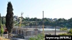 Строительные работы по реконструкции спорткомплекса имени 200-летия Севастополя в районе площади Восставших