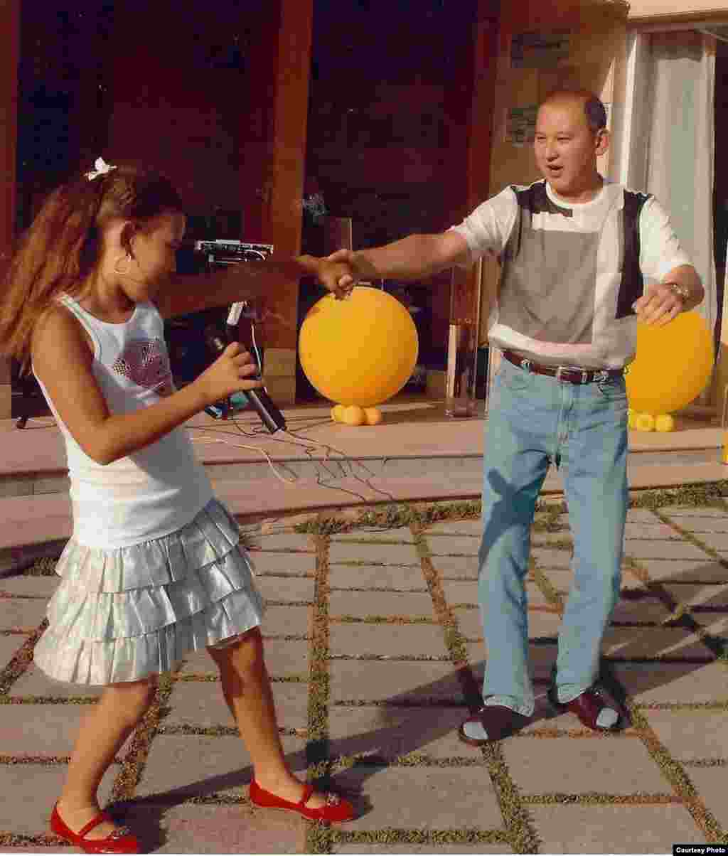 Мухтар Джакишев с дочерью. - Бывший президент «Казатомпрома» Мухтар Джакишев со своей дочерью на семейном торжестве.