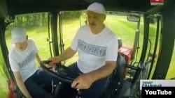 Мікалай і Аляксандар Лукашэнкі ў вышыванках, архіўнае фота