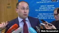 БАҚ туралы заңға өзгеріс енгізуді ұсынған Ақпарат және байланыс министрі Дәурен Абаев.