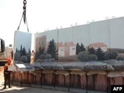 В Иерусалиме разбирают стену, разделявшую евреев и арабов