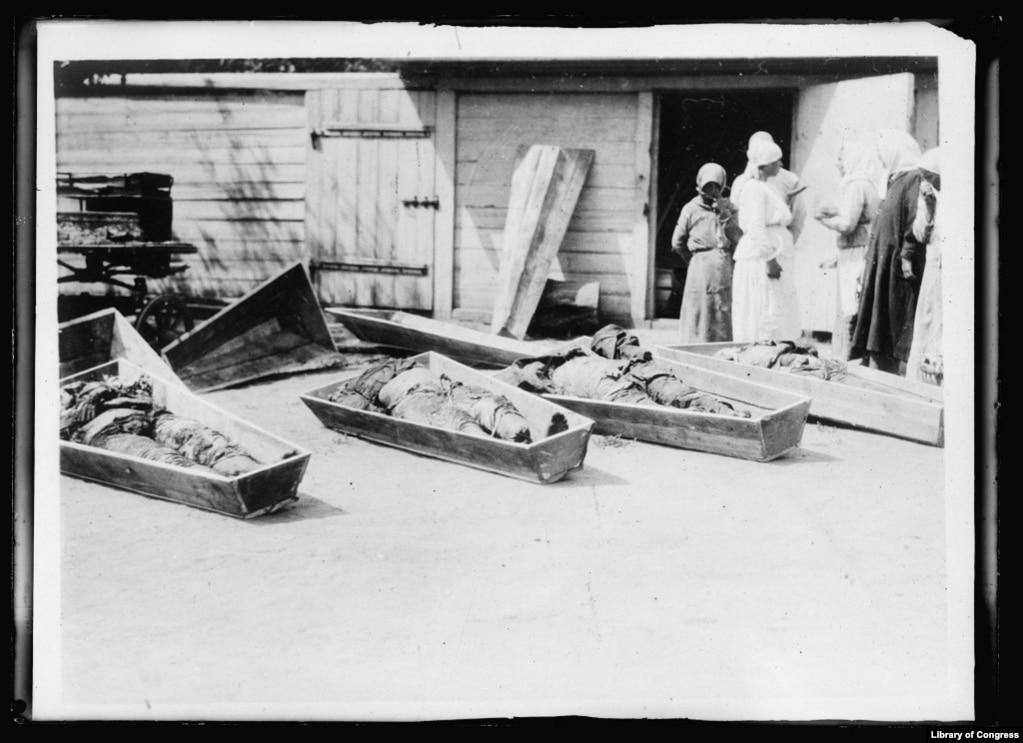 Украинские крестьяне опознают тела погибших родственников, которые были убиты коммунистами и выкопаны после того, как территория была завоевана Белой армией в ноябре 1919 года.