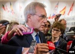 Ambasadorul rus Aleksandr Grușko adresîndu-se presei la Bruxelles