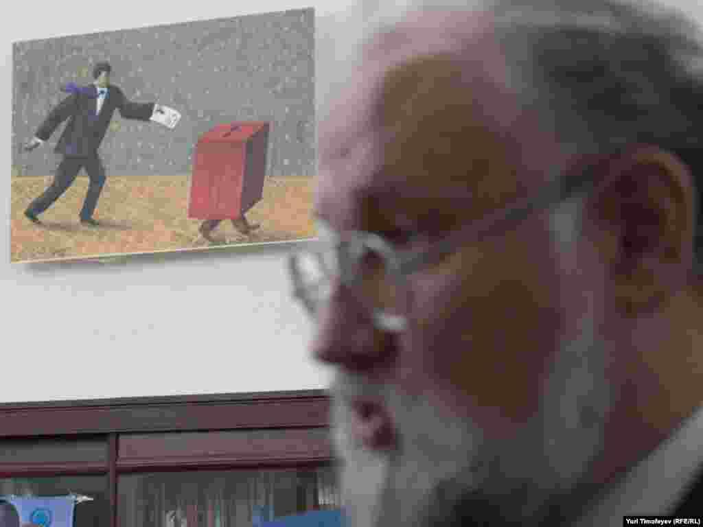 Председатель Центризбиркома Владимир Чуров на фоне карикатуры Михаила Серебрякова, посвященной выборам