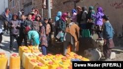 زلیخای و صدف هر روز بشکههای آب را از نل کوچه پر کرده به خانههایشان در سرکوه در حدود دوکیلومتر دورتر انتقال میدهند.