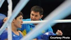 Тренер сборной Казахстана по боксу Мырзагали Айтжанов (справа) и боксер Данияр Елеусинов. Алматы, 26 октября 2013 года.
