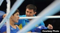Казахстанский боксер Данияр Елеусинов (слева) и тренер сборной Казахстана по боксу Мырзагали Айтжанов. Алматы, 26 октября 2013 года.